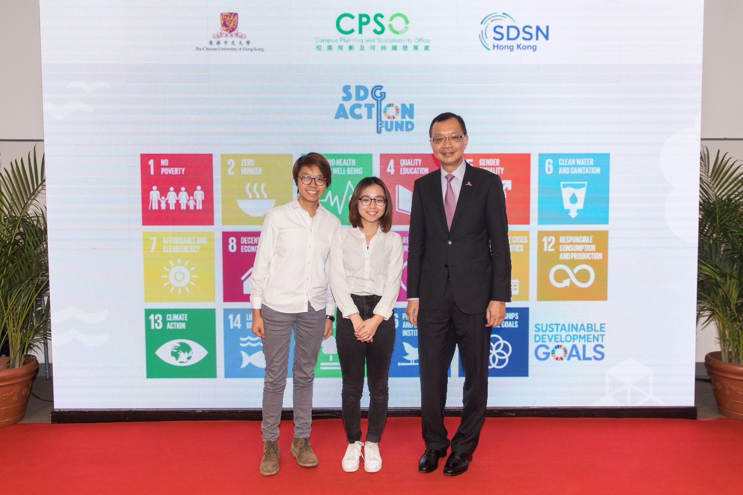 Mr Eric S.P. Ng, Vice-President and Chairman of the Committee on Campus Sustainability of CUHK (right) and the student representatives of one of the pilot projects supported by the SDG Action Fund